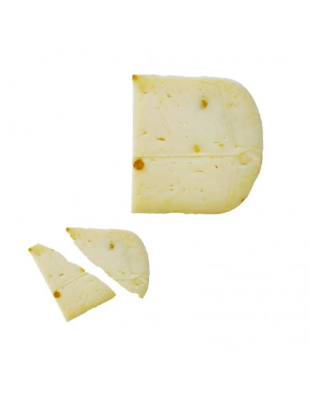 Spicchio di pecorino al pistacchio con fette